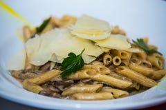 Detalj på special designe för mat på plattan Pasta royaltyfria foton