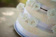Detalj som skjutas av en bröllopstårta Arkivbild