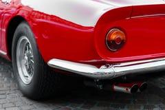 Detalj tillbaka av en röd sportbil för tappning Arkivbild