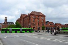 Detaljen av centralstationen Malmo C, den centrala järnvägsstationen med gräsplan artikulerade bussen Ledbuss, Malmo, Sverige royaltyfria foton