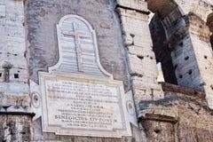 Detaljen av Colosseumen i Rome med den berömda inskriften av påven Pius IX som återkallar återställandena, bar ut i 1852 på royaltyfria bilder