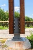 Detaljen av den massiva wood stolpen som ankrades med det speciala metallkontaktdonet genom att använda muttrar - och - bultar ti Royaltyfria Foton