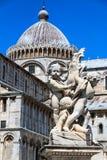 Detaljen av den springbrunnPutti springbrunnen och duomoen Santa Maria Assunta på piazzadeien Miracoli kvadrerar i Pisa, Tuscany, royaltyfri bild
