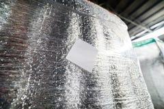 Detaljen av en lastbehållare packade i termisk isolering för skinande folie royaltyfri bild