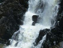 Detaljen av en vattenfall, vattnet kraschar ner vaggar royaltyfri foto
