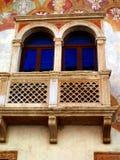 Detaljen av fasaden av den gamla byggnaden dekorerade i Trento in Royaltyfria Foton