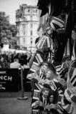 Detaljen av gatan shoppar sälja kungligt bröllop för souvenirminnesvärda ting Royaltyfri Foto