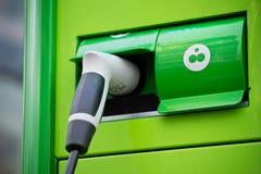 Detaljen av grönt pluggar in för bilar Arkivbild