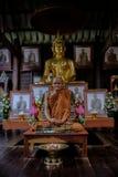 Detaljen av guld- statyer för Buddha och statyn av den berömda munken namngav Luang Pu Mun i gammal buddistisk tempel Royaltyfria Bilder