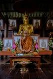 Detaljen av guld- statyer för Buddha och statyn av den berömda munken namngav Luang Pu Mun i gammal buddistisk tempel Arkivfoton