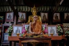 Detaljen av guld- statyer för Buddha och statyn av den berömda munken namngav Luang Pu Mun i gammal buddistisk tempel Arkivbilder
