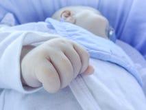 Detaljen av handen på att sova fyra månad behandla som ett barn pojken Royaltyfria Bilder