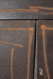 Detaljen av järnplattor målade med sprejband Royaltyfri Foto