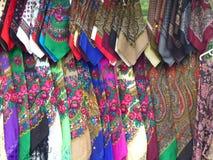 Detaljen av kännetecknet färgade oavgjorda scarves av Rumänien Royaltyfria Bilder