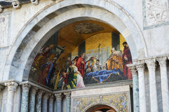 Detaljen av kyrkan för St Mark ` s, katolsk religiös målning med jesus christ dog i mitt, Venedig Royaltyfria Bilder