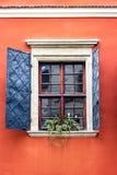 Detaljen av lantliga fönster för en öppen träjärntappning på den gamla väggen för rött cement kan användas för bakgrund Brun svar Royaltyfria Foton