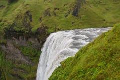 Detaljen av majestätiska vattenfall med vaggar och gräs Arkivbild