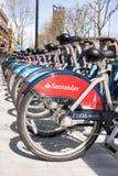 Detaljen av nya santander Boris cyklar i linje arkivbild