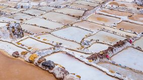 Detaljen av saltar terrasser i saltar pannor av Maras, salineras de Maras nära Cusco i Peru, saltar miner som göras av mannen fotografering för bildbyråer