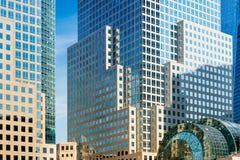 Detaljen av skyskrapafasaden med fönster i blått och guling färgar Arkivbilder