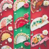 Detaljen av typisk spanjor fläktar i souvenir shoppar i Cordoba, och royaltyfria foton