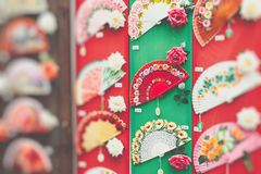 Detaljen av typisk spanjor fläktar i souvenir shoppar i Cordoba, och arkivfoton