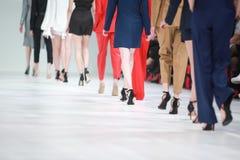 Detaljen av uppställda modemodeller för den bakre sikten lägger benen på ryggen Royaltyfri Fotografi