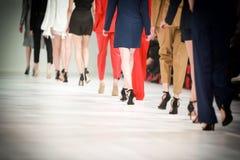 Detaljen av uppställda modemodeller för den bakre sikten lägger benen på ryggen Royaltyfri Foto