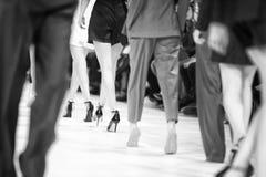Detaljen av uppställda modemodeller för den bakre sikten lägger benen på ryggen Royaltyfri Bild