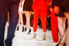 Detaljen av uppställda modemodeller för den bakre sikten lägger benen på ryggen Arkivbild