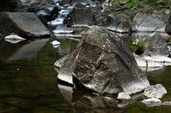 Detaljen av vaggar i vatten på den svarta flodklyftan Royaltyfri Fotografi