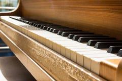 Detaljen för closeupen för korn för svart för pianotangentvit kopplar av den varma Wood Empt Royaltyfri Bild