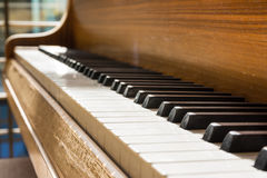 Detaljen för closeupen för korn för svart för pianotangentvit kopplar av den varma Wood Empt Royaltyfria Foton