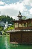Detaljen från en sjö blödde med kyrkan i en bakgrund, slovenian fjällängar Royaltyfri Fotografi