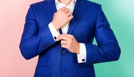 Detaljen gör dräkten elegant fashion manlign Göra perfekt till den sista detaljen Manlig handkontrollknapp på skjortamuffen Cuffl arkivbild