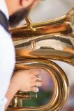 Detaljen på en hand spelar tuban Royaltyfria Bilder