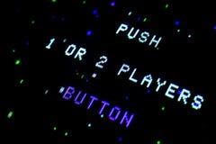 Detaljen på en video skärm för gammalt galleri med spelare för textPush 1 eller 2 knäppas royaltyfri bild