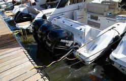 Detaljen på högt drev den lyxiga yachten för tre motorer synlig i palmahamnstad under den 50th Boatshow mässan vitt fotografering för bildbyråer