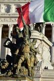 Detaljer av altairen av fäderneslandet, Rome Italien - soldater slåss med den italienska flaggan på baksidan Arkivfoton
