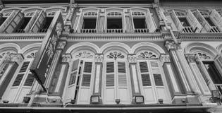 Detaljer av de gamla husen med många fönster i Singapore Royaltyfri Bild