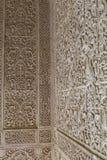 Detaljer av den arabiska geometriska väggen för mosaikmodeller inom en historisk byggnad i staden av Granada, Spanien royaltyfria foton