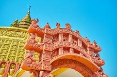 Detaljer av den dekorativa terrakottatoranaporten, Sitagu internationell buddistisk akademi royaltyfria bilder