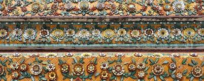 Detaljer av den dekorerade färgrika tegelplattan för blom- design arkivbild