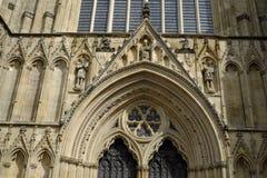 Detaljer av den fasadYork domkyrkan som kallas också York domkyrka Royaltyfri Foto