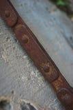 Detaljer av den forntida lyftande stolpen i fästningen: fragment av en metallkedja, motvikt för att öppna av den upplyftande bron arkivbilder