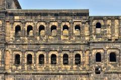 Detaljer av den forntida roman fästningPorta nigraen i Trier Arkivfoto