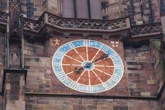 Detaljer av den Freiburg Munster domkyrkan, Freiburg im Breisgau stad Arkivfoto