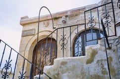 Detaljer av den gamla bostads- byggnaden i Istanbul royaltyfria bilder