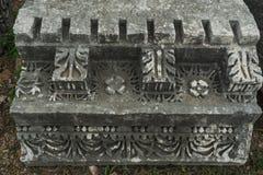 Detaljer av den härliga dekoren av den verkliga mycket gamla monumentet av historia royaltyfri fotografi