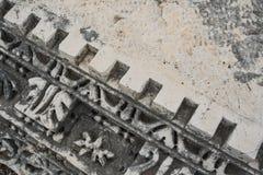 Detaljer av den härliga dekoren av den verkliga mycket gamla monumentet av historia royaltyfria foton